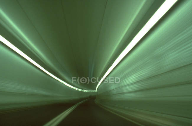 Розмиті руху вогні в тунель з зеленими вогнями — стокове фото