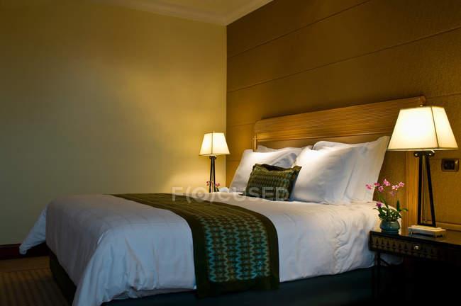 Double bed in bedroom, room interior — Stock Photo