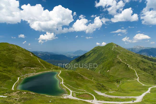 Allgäu-Alpen, grüne Wiesen und Berge mit See — Stockfoto