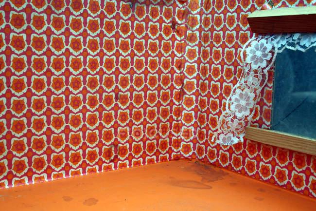 Fondos rojo vintage brillantes en paredes de sala y ventana - foto de stock
