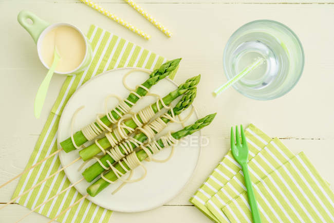 Spaghetti with green asparagus on plate — Stock Photo