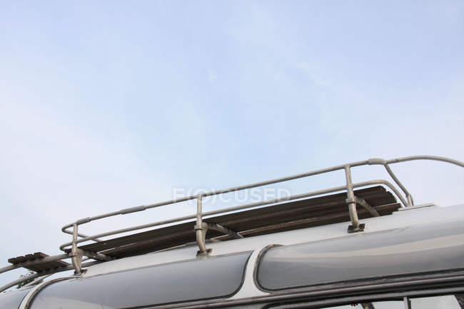 Roofrack su auto, viaggio veicolo auto — Foto stock