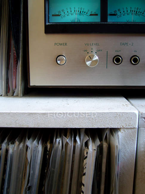 Système stéréo et collection de vinyles — Photo de stock