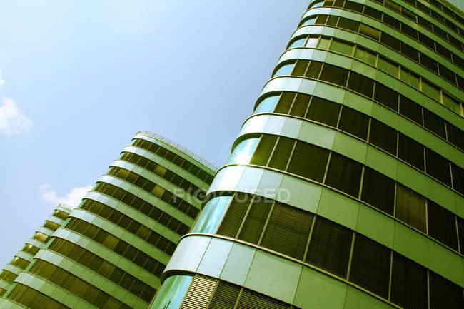 Сучасний офісний будинок зі скляними вікнами. — стокове фото
