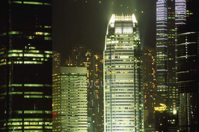 Hong kong cidade skycrappers à noite — Fotografia de Stock