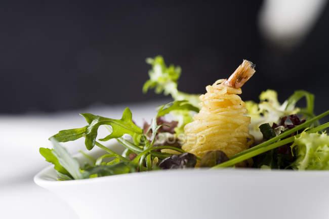 Мікс-салат з руколи листя і креветки, морепродукти — стокове фото
