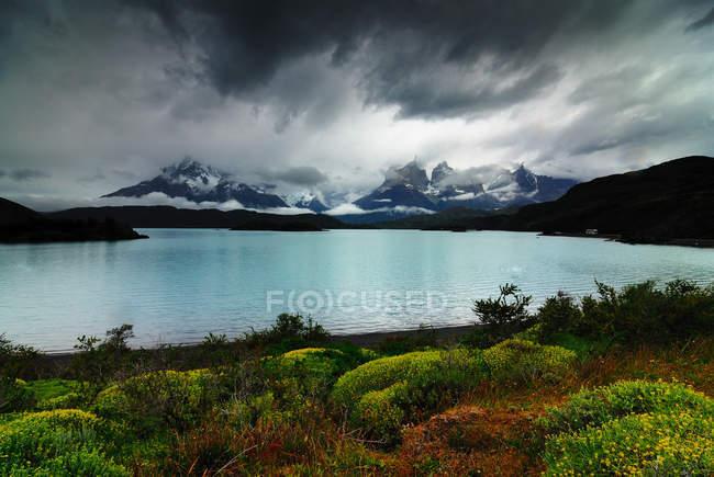 Тучи над озером, Национальный парк, Торрес дель Пайне — стоковое фото