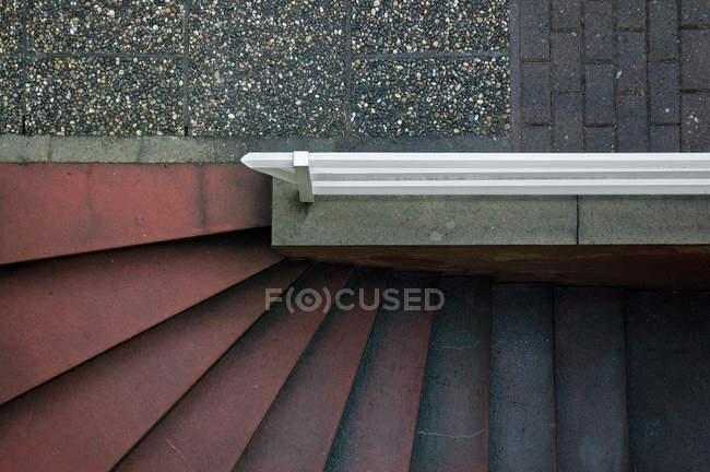 Vista superior da escada de concreta com pedras de pavimentação — Fotografia de Stock