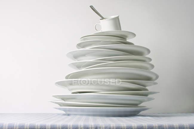 Pilha de louça pratos na mesa com o copo — Fotografia de Stock