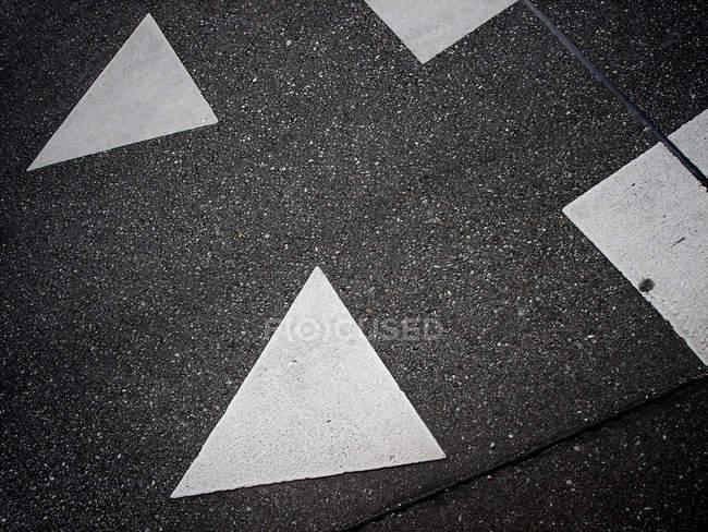 Route asphaltée avec triangles blancs — Photo de stock