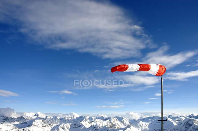 Флюгер на вершине снег покрыты горы — стоковое фото