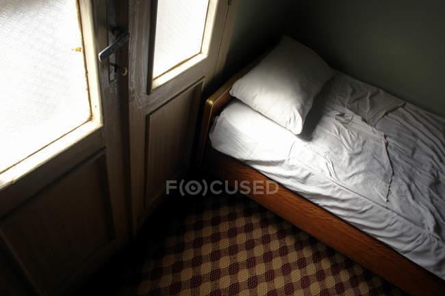 Cama em dormitório, superior vista — Fotografia de Stock