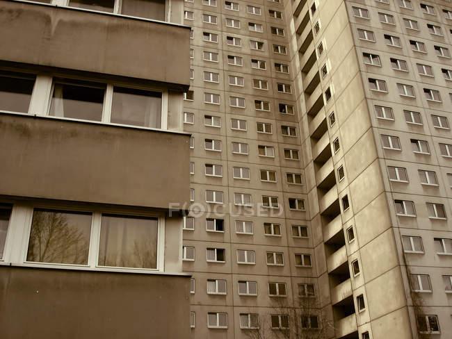 Arranha-céu de casa marrons com windows — Fotografia de Stock