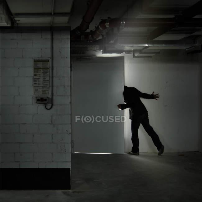 Резервного зору людини, відкриваючи двері в гараж для автостоянки — стокове фото