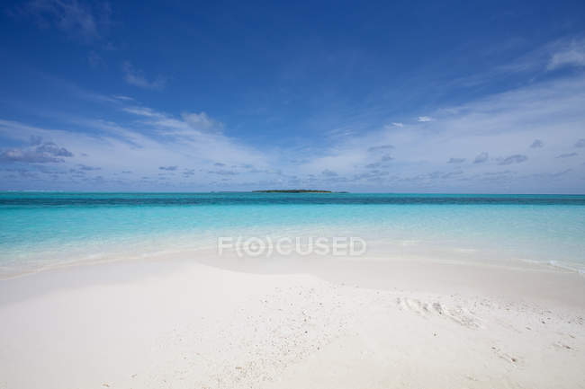 Maldives, Indian ocean and sandy beach — Stock Photo
