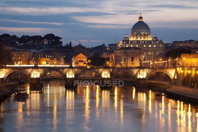 Рим Нуссбаума здания в ночное время, Папской базилики Святого Петра в Ватикане, река Тибр — стоковое фото