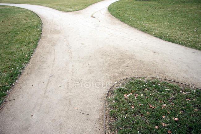 Kreuzung, Richtung Fußweg und grünes Gras — Stockfoto