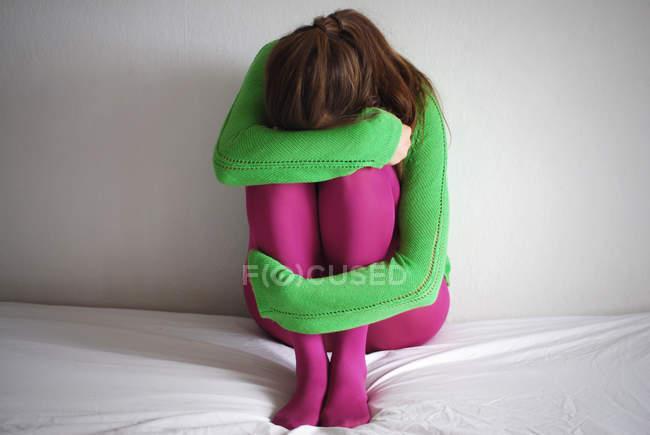 Женщина сидит на кровати и плакала, депрессия — стоковое фото