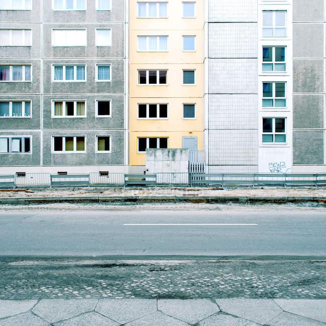 Strada e case vuote con finestre — Foto stock