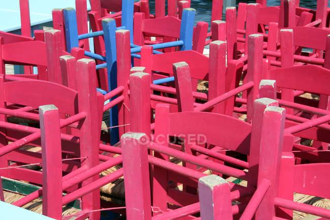 Imagem de quadro completo de cadeira-de-rosa e azul, pés da cadeira, café fechado — Fotografia de Stock