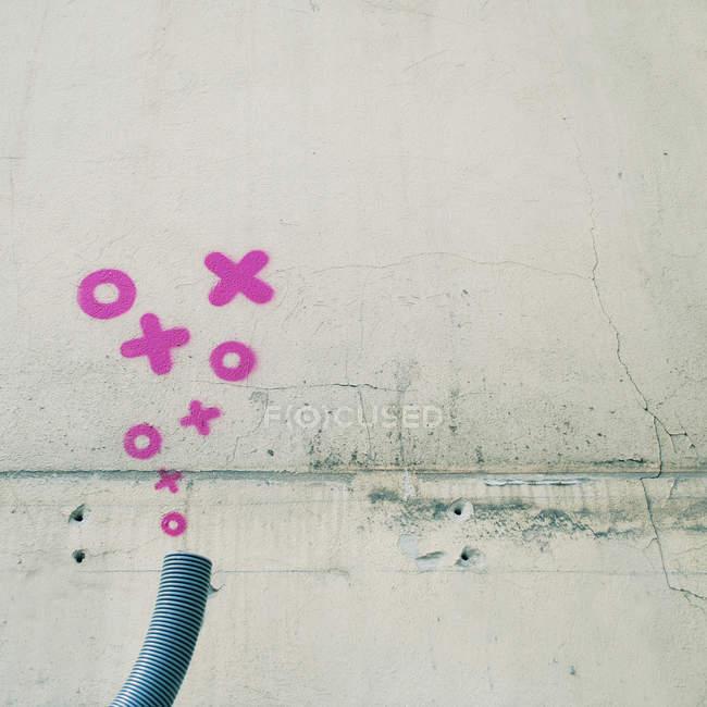 Рожеві пофарбовані бульбашки і хрестів на стіні, вуличного мистецтва — стокове фото
