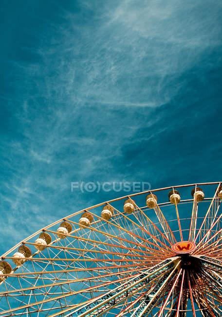 Fête foraine, grande roue avec cabines contre le beau ciel bleu — Photo de stock