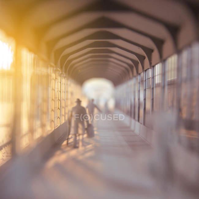 Movimento borrado de andar as pessoas na construção de túnel de corredor — Fotografia de Stock