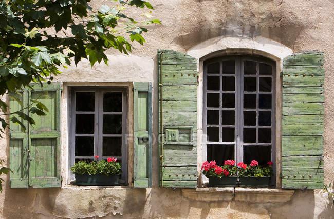 Persiane nella vecchia casa del villaggio — Foto stock
