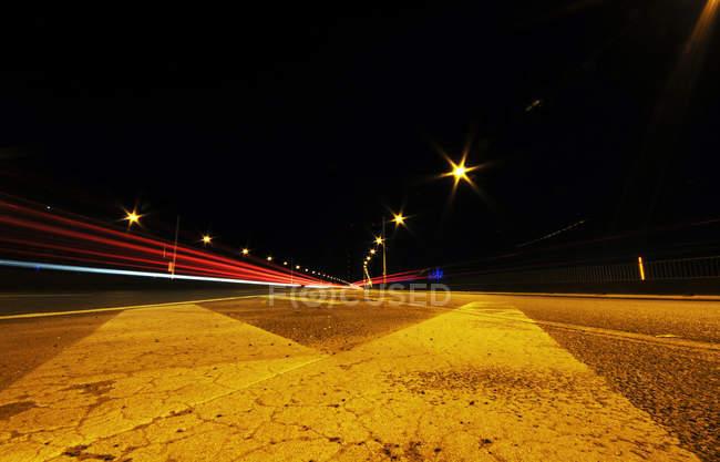 Traffico stradale di asfalto, giro di notte — Foto stock