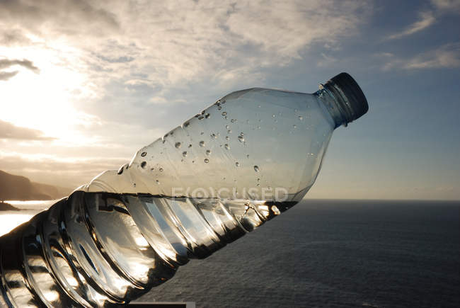 Пластикові пляшки в морській воді, горизонт — стокове фото
