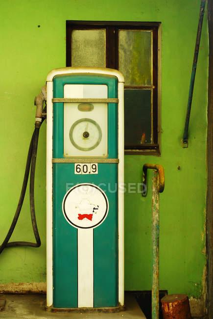 Station d'essence, pompe à essence ancienne — Photo de stock