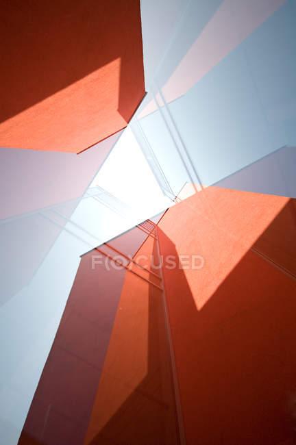 Fachadas de rascacielos naranja, formas geométricas abstractas - foto de stock