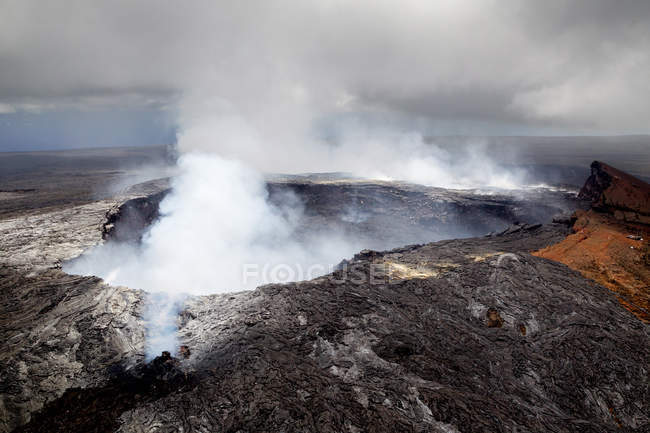 Cratera do vulcão com fumaça, Havaí — Fotografia de Stock