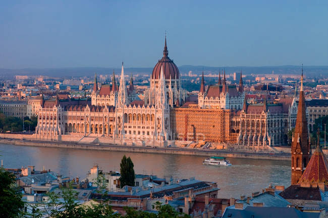 Danube river with bridge and houses of parliament in Budapest, hungary — Stock Photo