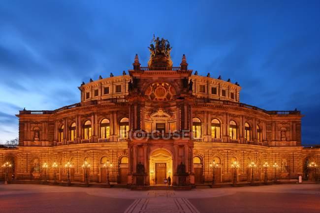 Tir de nuit de l'opéra semper de Dresde, Allemagne — Photo de stock