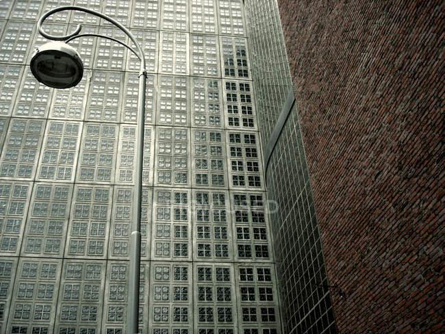 Edificio moderno de pared con linterna - foto de stock