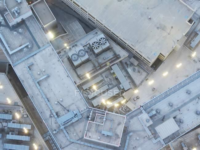 Vista dall'alto dei tetti degli edifici industriali fabbrica in inverno — Foto stock
