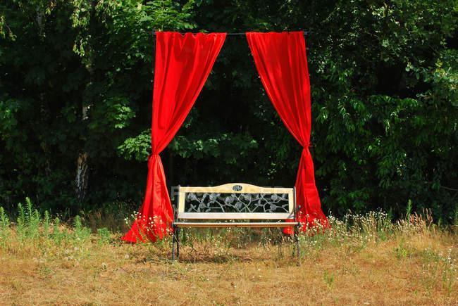 Откройте воздуха театр, белые скамейки с красные шторы в природе — стоковое фото