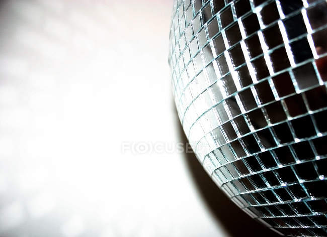 Цвета и формы дискотечный шар, частичное представление, скопируйте пространства слева — стоковое фото