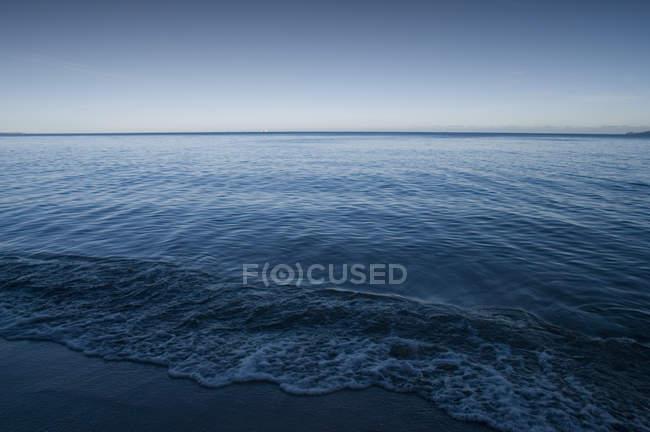 Синє море поверхня води і зніміть небо — стокове фото