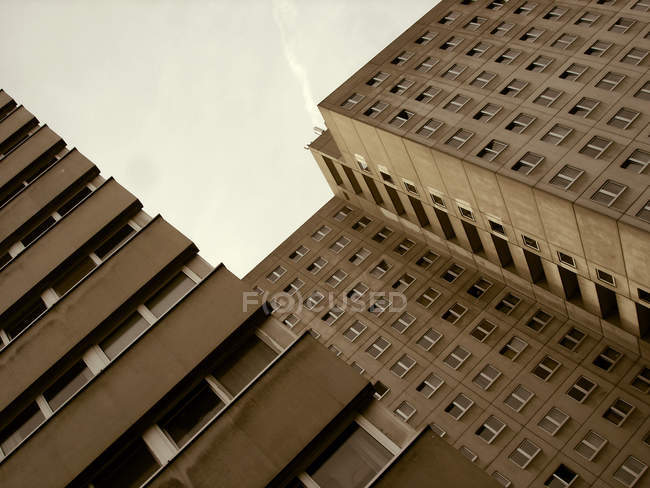 Arranha-céu com windows, edifício exterior de casa marrons — Fotografia de Stock