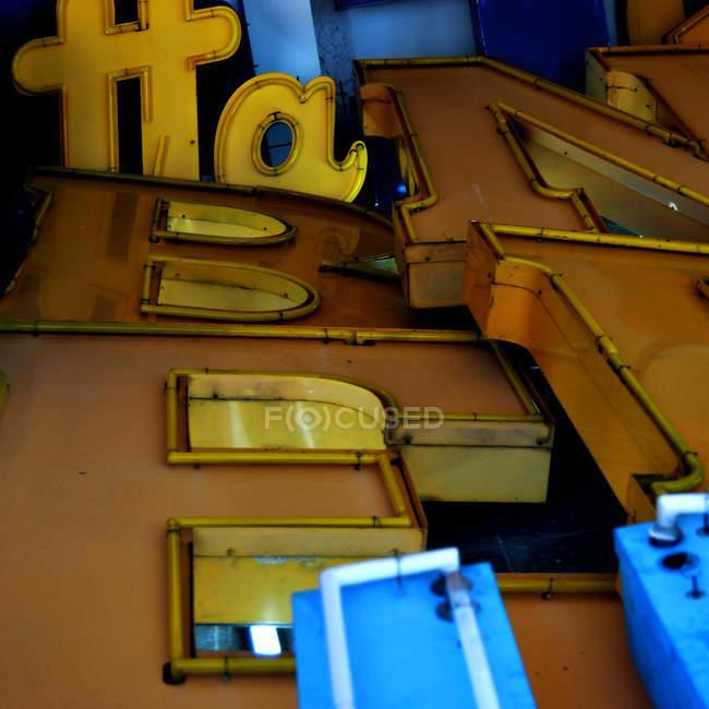 Световые буквы на строительство стены — стоковое фото