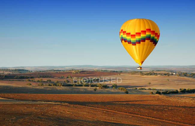 Повітряній кулі, польоти над сільській місцевості поля — стокове фото