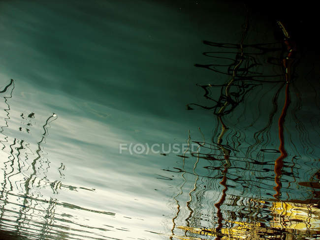 Ondulation ondulation surface de l'eau verte — Photo de stock
