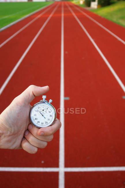 Обрезанное изображение ом руки секундомер время выдержки — стоковое фото