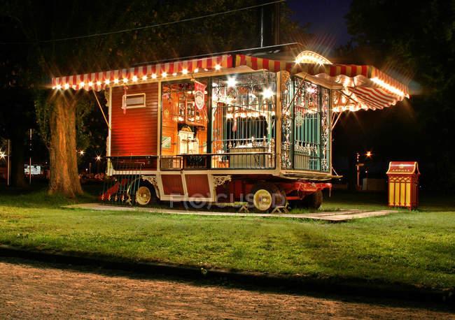 Noite no parque, carro iluminado da feira — Fotografia de Stock