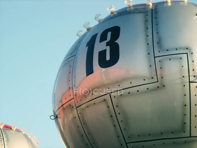 Гондольный подъемник металлические карусель с номером 13 — стоковое фото