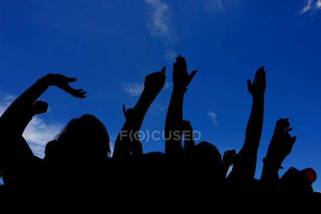 Persone felici che ballano in concerto con le mani alzate — Foto stock