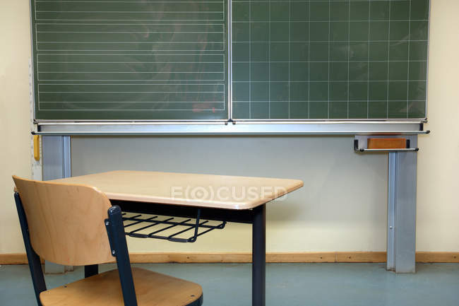 Classe interna, lavagna con scrivania e sedia in legno — Foto stock