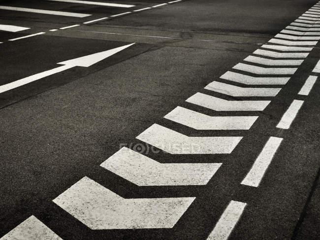 Strada asfaltata con le marcature di linee — Foto stock